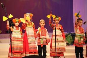 Выступление детей в народных костюмах